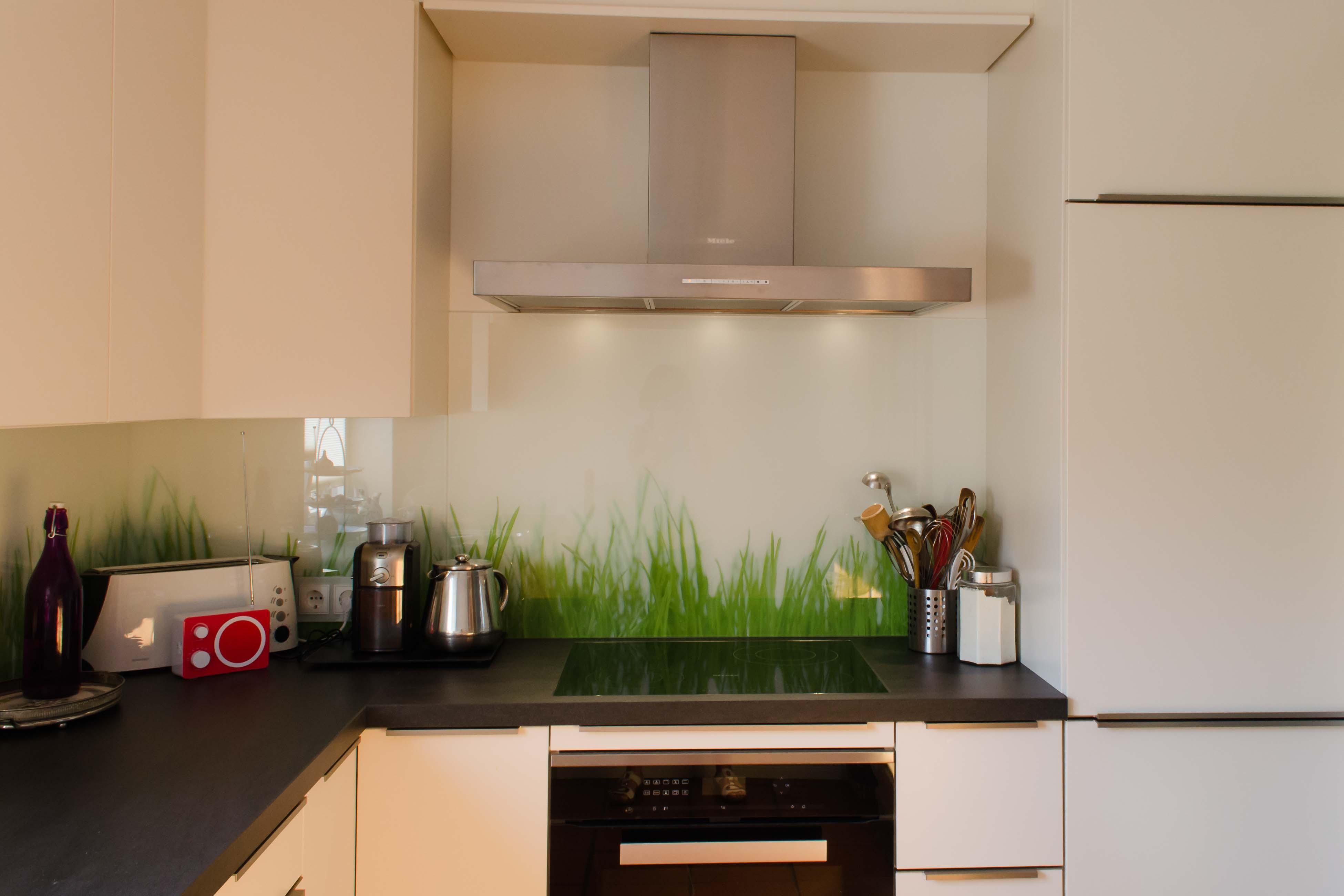 L Küche Mit Fronten In Weiß Matt Lackiert, Arbeitsplatte Keramik Basalto  Nera 40 Mm.